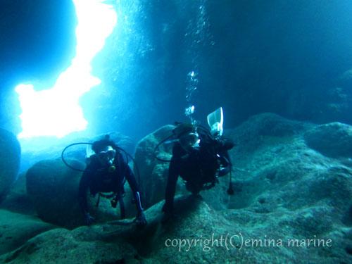 青の洞窟の中で