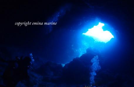 光を眺めるダイバー