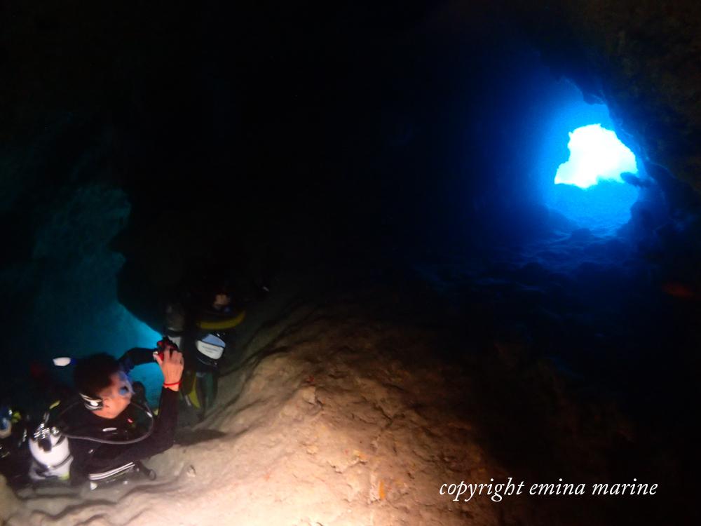Wアーチの洞くつ内