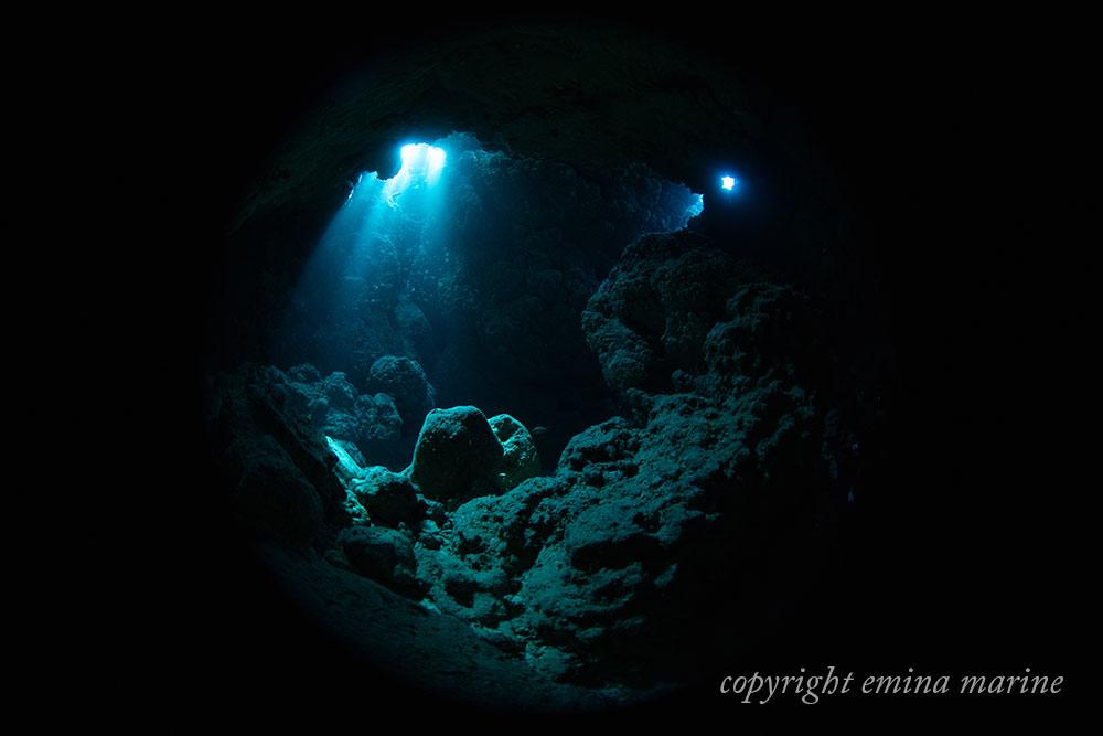光がきれいな水中洞窟